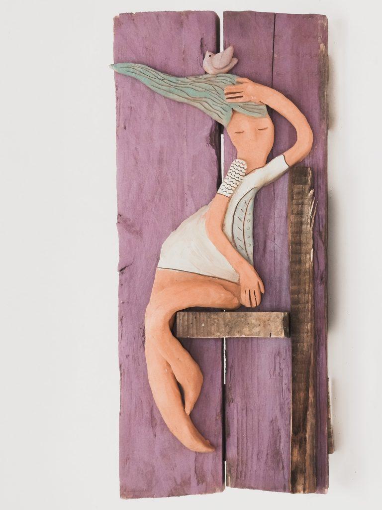 scultura donna nel vento, legno e terracotta