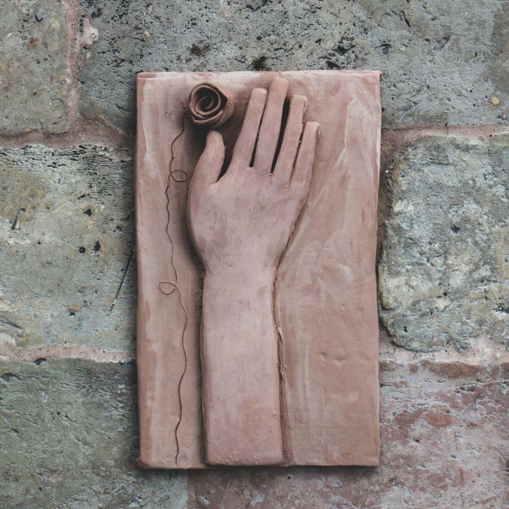 mani in terracotta