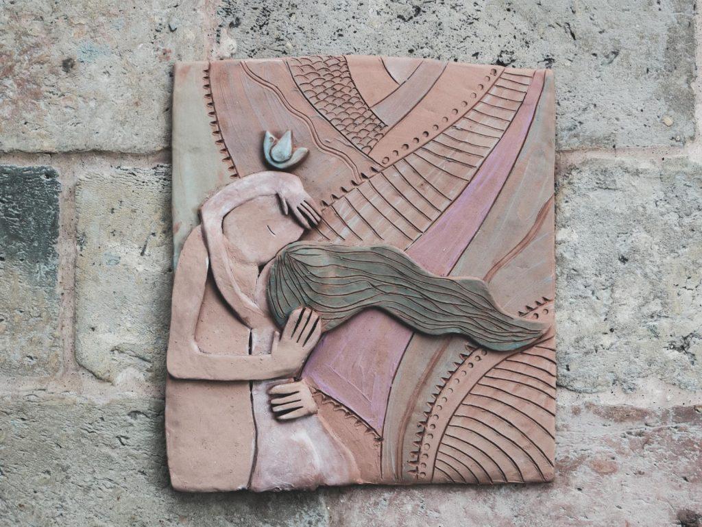 abbraccio altorilievo in terracotta