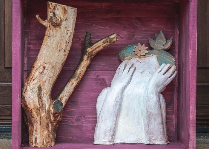 scultura in terracotta e legno